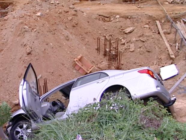 Carro ficou capotado após a perseguição (Foto: Reprodução/TV Gazeta)