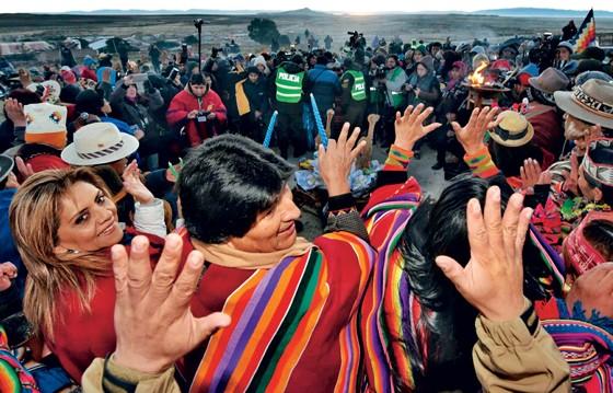 NO MEIO DO POVO Evo Morales na multidão. Seu apoio popular está minguando (Foto: Enzo de Luca/Presidência/Afp)