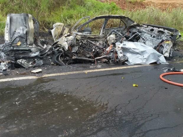 Logo após se chocar contra o caminhão, o carro pegou fogo e ficou praticamente destruído (Foto: Corpo de Bombeiros / Divulgação)