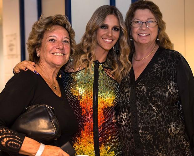 Fernanda Lima com mãe e sogra (Foto: Camila Serejo/SuperStar)