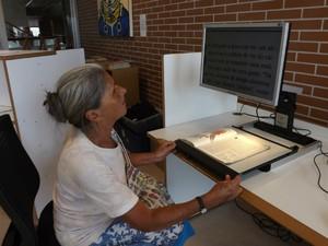 Dona Maria testou a lupa que amplia as letras e aprovou (Foto: Jéssica Pimentel / G1)