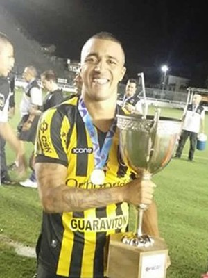 Tiago Amaral com o troféu de campeão da Taça Rio (Foto: Reprodução/Facebook)