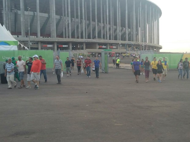 Saída dos torcedores do Mané Garrincha (Foto: Pedro Borges/G1)