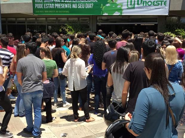Estudantes chegam para prestar as provas do Enem em Presidente Prudente (Foto: Heloise Hamada/G1)