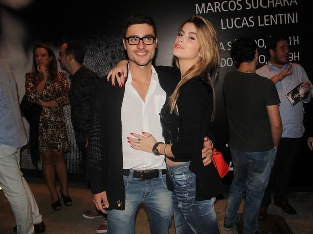 Guilherme Leicam e a namorada, Bruna Altiere, em peça na Zona Sul do Rio (Foto: Anderson Borde/ Ag. News)