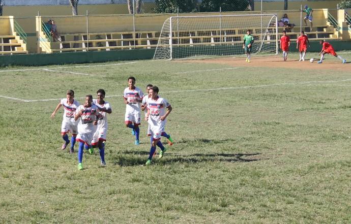 Garotada do Vilavelhense comemora um dos gols marcados contra o Capixaba (Foto: Divulgação/Vilavelhense)