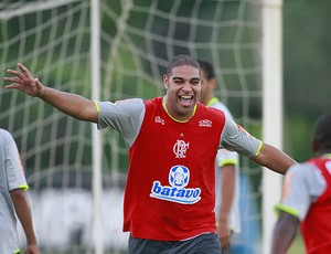 Adriano durante o treino do Flamengo (Foto: Marcelo Theobald / O Globo)