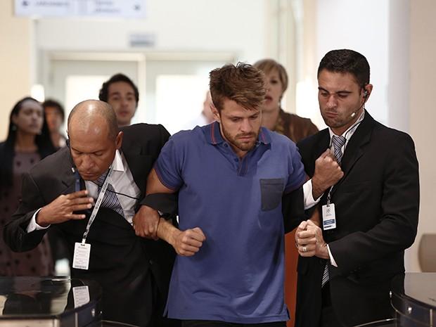 César é expulso do hospital por seguranças (Foto: Inácio Moraes/Gshow)