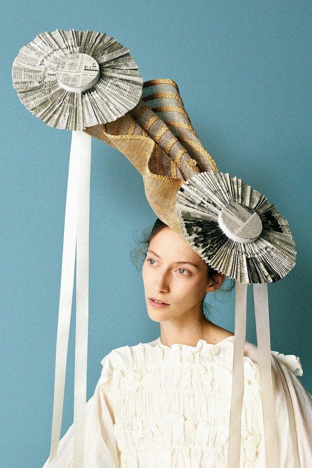 Stephen Jones for John Galliano: A refracted hat in straw and pleated newspaper, Spring/Summer 2001. Cotton organdy ruffle dress by Molly Goddard. Styling by Mattias Karlsson (Foto: BEN TOMS)