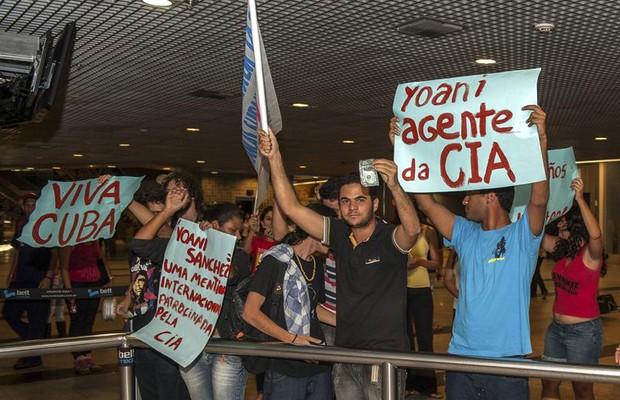 Manifestantes da União da Juventude Socialistas protestam contra a presença de Yoani Sánchez no Brasil (Foto: Agência EFE)