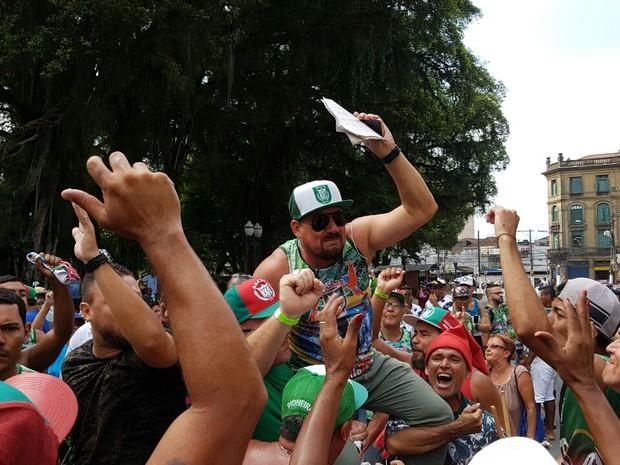 Ditinho comemora com diretoria em frente ao Teatro Guarany (Foto: Mariane Rossi/G1)
