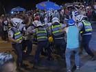 PM usa cassetete para parar briga de foliões (TV Globo/Reprodução)