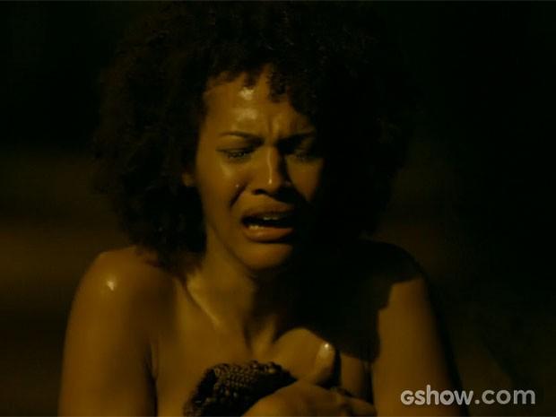 Neidinha sofre após ser violentada em van (Foto: Em Família/TV Globo)