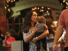 Cássia Linhares passeia com o filho em shopping