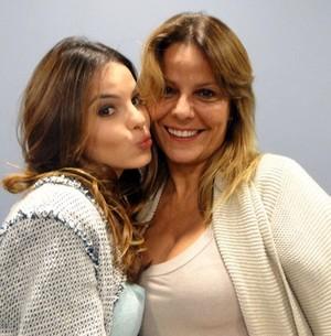 Sthefany Brito com a mãe, Sandra (Foto: Domingão do Faustão/TV Globo)