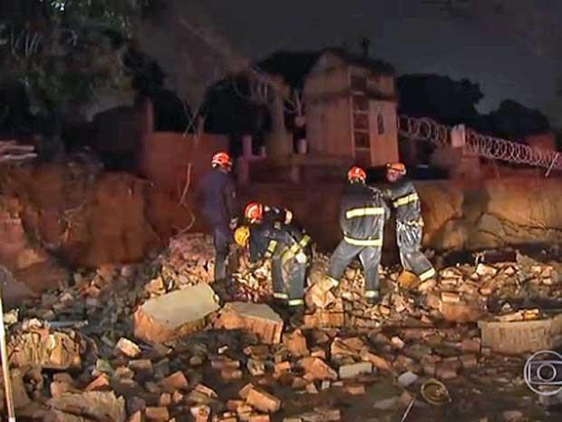 Chuva derruba muro do Cemitério da Consolação (Foto: Reprodução / TV Globo)