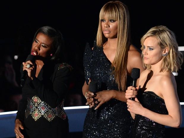 Atrizes Uzo Aduba, Laverne Cox e Taylor Schilling, da série 'Orange is the New Black' falam no palco do MTV Video Music Awards 2014 (Foto: Robyn Beck/APF Photo)