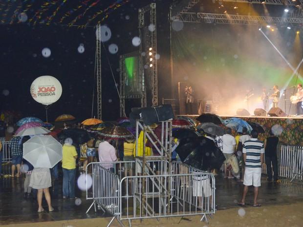 As poucas pessoas que compareceram levaram guarda-chuvas para assistir aos shows em João Pessoa (Foto: André Resende/G1)