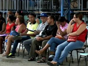 Pais enfrentam fila para matricular filhos na escolas públicas (Foto: Reprodução/TV Gazeta)