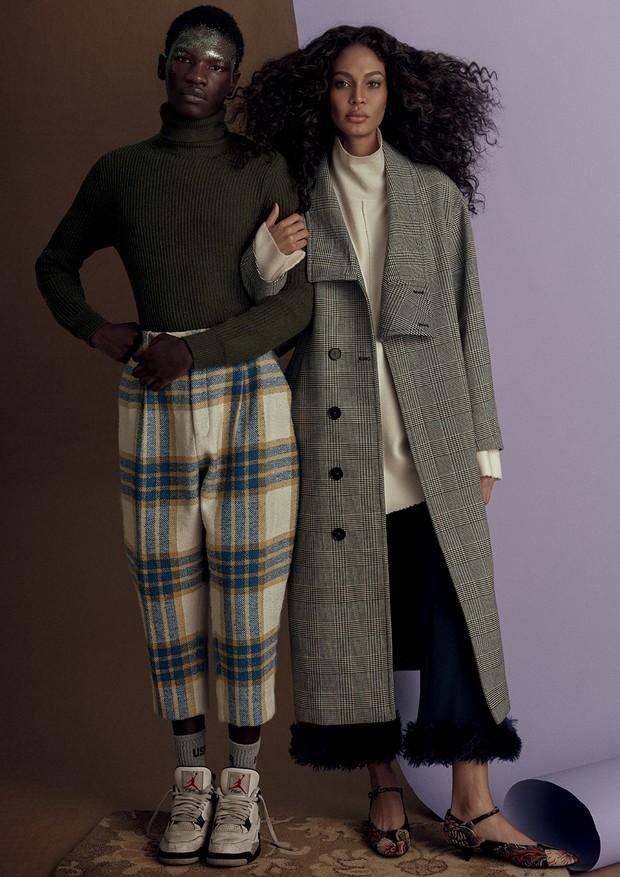 Passit Mboob usa calça, R$ 1.298, Vitorino Campos. Joan usa casaco, blusa, calça e sapatos, tudo Stella McCartney. (Foto: Zee Nunes)