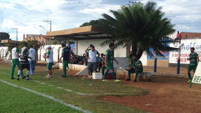 Árbitro faz pausa para água durante a partida entre Interporto e Gurupi (Foto: Vilma Nascimento/GloboEsporte.com)