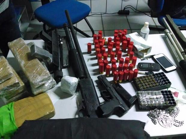 Drogas e pistola de PM morto em sítio foram encontrados com o grupo (Foto: Divulgação/Polícia Militar)