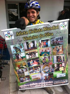 Vin&#237;cius da Silva carrega um cartaz com fotografias tiradas em v&#225;rias partes do Brasil (Foto: Felipe Truda)