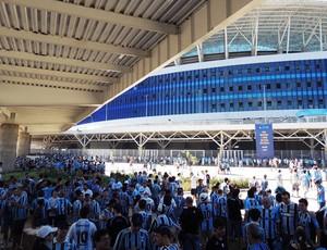 Gremistas lotam as dependências da Arena, instantes antes da abertura dos portões (Foto: Lucas Rizzatti/GLOBOESPORTE.COM)