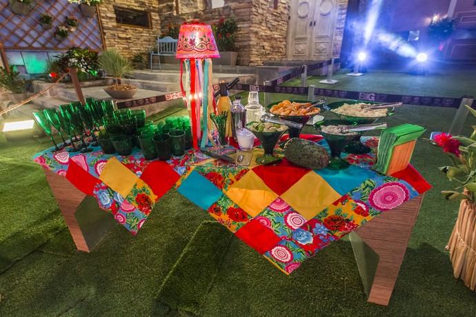 Toalhas em patchwork com muitas cores e utensílios se destacando em tom verde bandeira (Foto: Artur Meninea/Gshow)