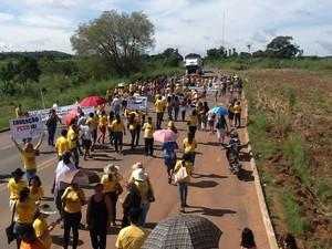 Professores durante manifestação na BR-153 (Foto: Sintet/Divulgação)
