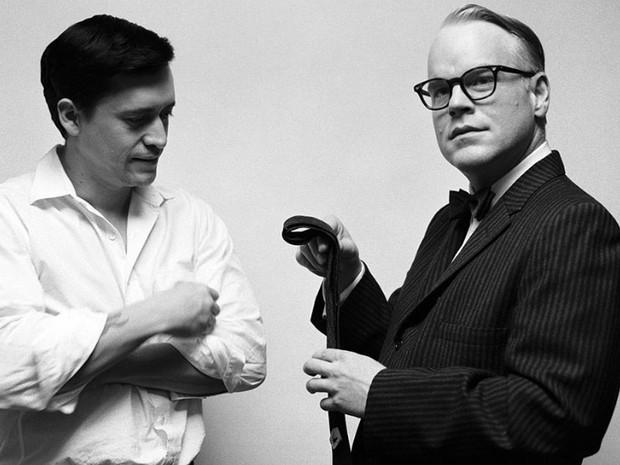 Ao lado de Clifton Collins Jr, Philip Seymour Hoffman interpreta o jornalista Truman Capote, em 'Capote', no papel que lhe deu o Oscar de melhor ator. (Foto: Divulgação)