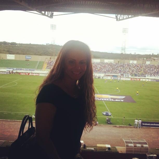 Viviane Araújo assiste a jogo de futebol (Foto: Reprodução/ Instagram)