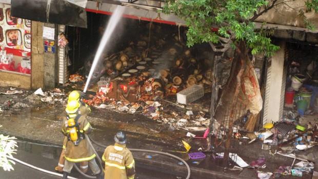Bombeiros trabalham no incêndio em Copacabana, na Zona Sul do Rio de Janeiro. (Foto: Bernardo Tabak/G1)