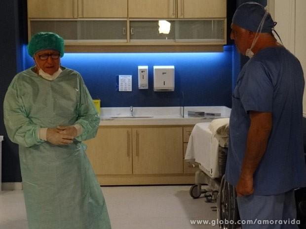 Lutero abandona cirurgia e diz para César que não pode mais operar (Foto: Amor à Vida / TV Globo)