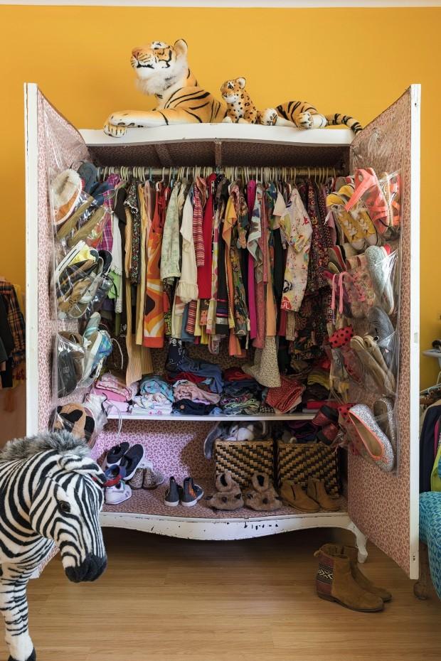 Novo uso. O armário antigo da família de Teka foi trazido do Rio de Janeiro e agora é usado como guarda-roupa pelos filhos do casal (Foto: Lufe Gomes / Editora Globo)