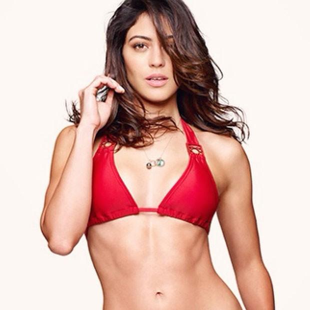 Uau! Carol Castro exibe barriga sequinha em ensaio - Quem | Moda