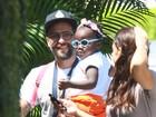 Bruno Gagliasso passeia com a filha Titi antes de deixá-la na escola