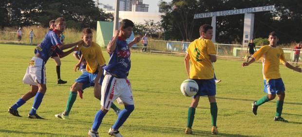 Silas e Edésio tentam furar a defesa do Picos em uma das inúmeras jogadas ao ataque (Foto: Renan Morais/GLOBOESPORTE.COM)