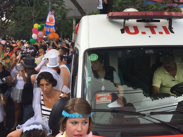 Uma ambulância fica presa no meio dos foliões do Casa Comigo, na Avenida Faria Lima. (Foto: Cauê Fabiano/G1)