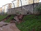 Muro rompe e lama invade condomínio em Álvares Machado