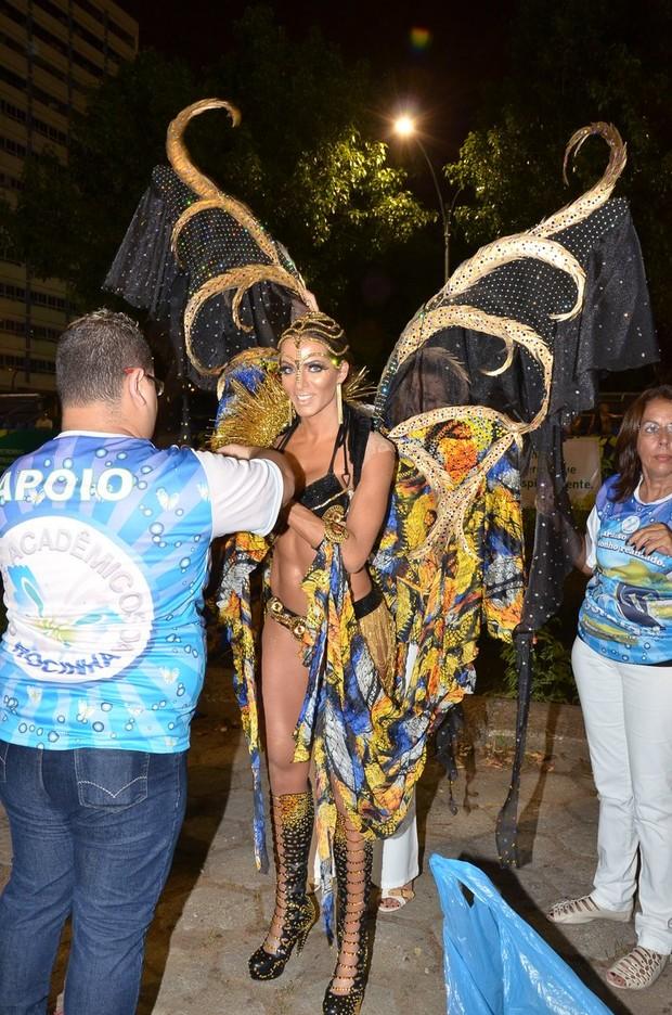 Carla Prata na Sapucaí (Foto: Roberto Teixeira/ EGO)