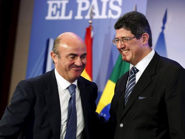 Joaquim Levyu e ministro da economia da Espanha, Luis de Guindos, sorriem durante café da manhã, em hotel de Madri, nesta segunda-feira (7) (Foto: Reuters)