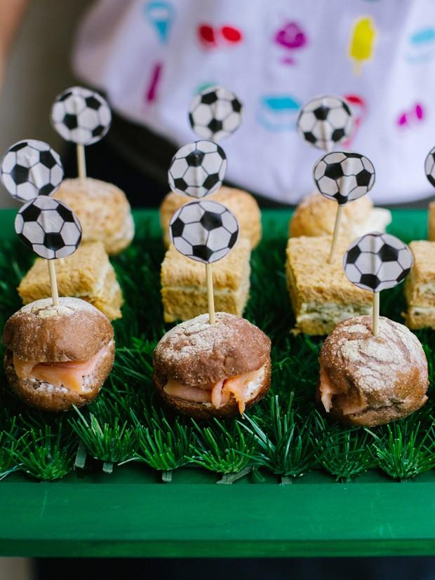 Bandeja de grama sinttica para festinha com tema de futebol. (Foto: Elisa Mendes)