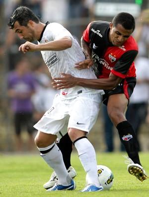 Douglas na partida do Atlético-GO contra o Corinthians (Foto: Ueslei Marcelino / Reuters)