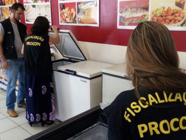 Procon Goiânia fiscaliza 42 peixarias da capital e acha irregularidades em 41 Goiás (Foto: Guilherme Mendes/TV Anhanguera)