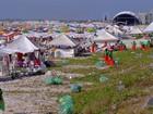 Praia do Forte, em Cabo Frio, RJ, acumula lixo após Réveillon