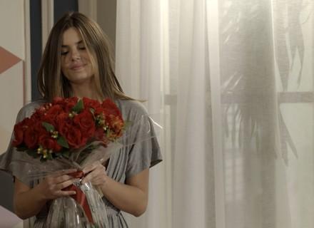 Luíza recebe flores de Eric e começa os preparativos para seu baile de gala