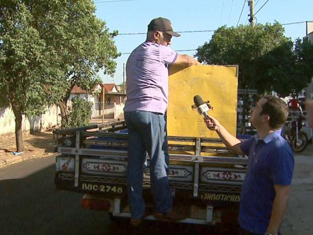 Testemunha mostra que estudante seguia com o corpo para fora da carroceria da caminhonete (Foto: Reprodução/EPTV)