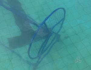 Rolo que guardava raias foi jogado na piscina (Foto: Reprodução/TV Rondônia)