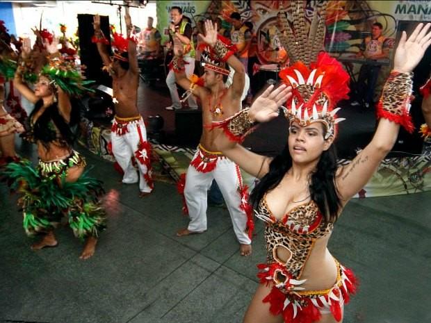 Dançarinos durante a festa de lançamento do Boi Manaus (Foto: Márcio James/Semcom)